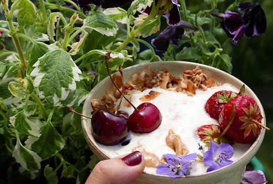 Jogurtowa miska z dużą ilością owoców i masła orzechowego