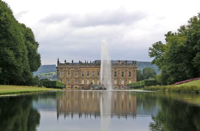 La mansión reflejada en el gran estanque