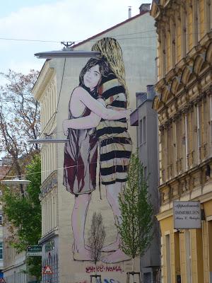 """Mural: """"Das Paar"""" - jeder Mauervorsprung wird genutzt - Wien"""