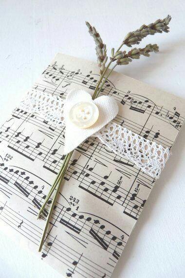 Gunakan kertas bekas untuk membungkus kado.