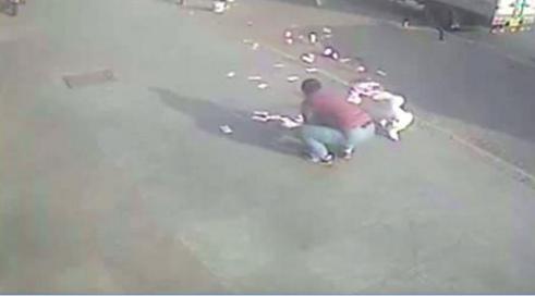 Hombre sale del banco, se le caen los billetes y el aire los dispersa por toda la calle (VIDEO)