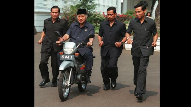 presiden Soeharto naik Sepeda Motor Indonesia SMI Expressa Ekspresa