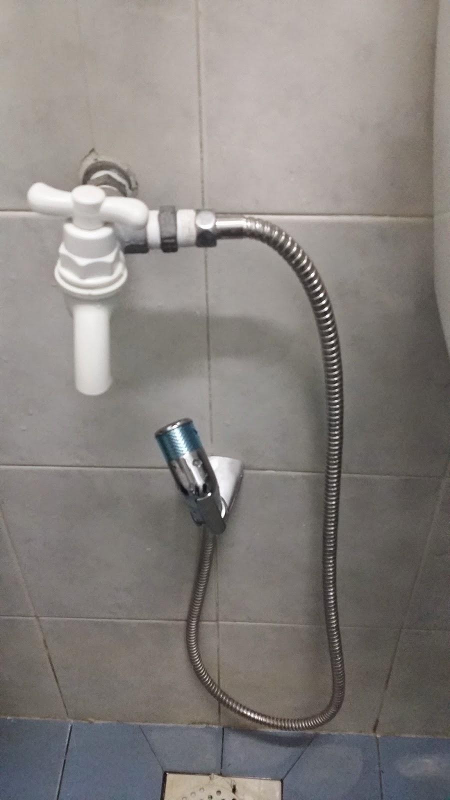 Tulah Akibatnya Bila Ada Tetamu Yg Guna Handspray Untuk Mandi Dan Cuci Lantai Grrrr Nak Gunalah Shower Pasang Je La Tu
