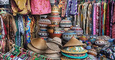 menyediakan dan menjual barang-barang jenis dan paling sering dijual adalah kacamata hitam, dress, kaos, kopi, dan sandal.