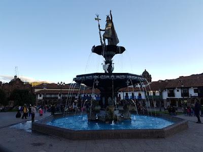 Fuente con el Monumento del Inca, en Cuzco