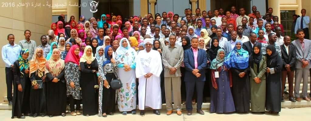 بالصور عمر البشير يكرم المتفوقين في الشهاده السودانية بالقصر الجمهوري