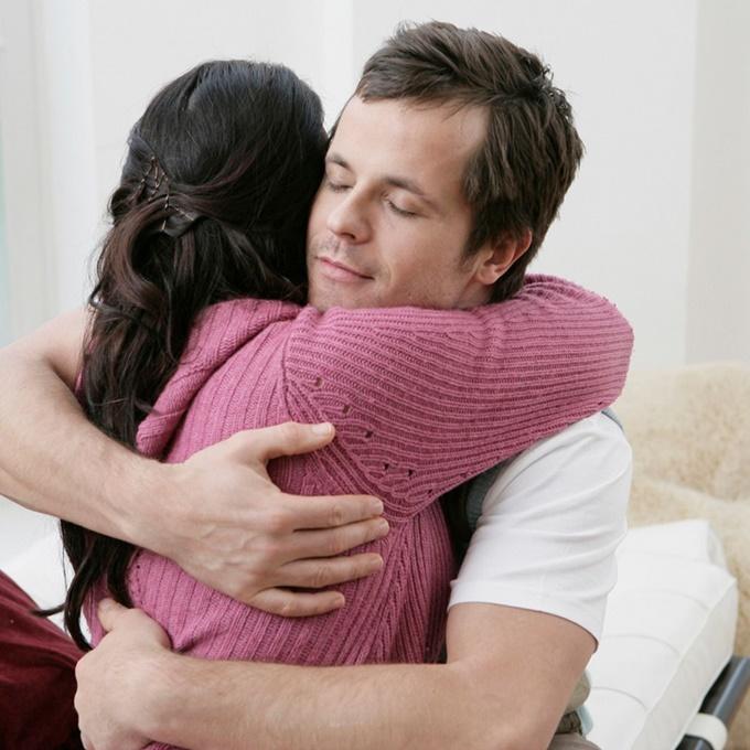 이미지에 대체텍스트 속성이 없습니다; 파일명은 Adult-couple-hugging.jpg 입니다.