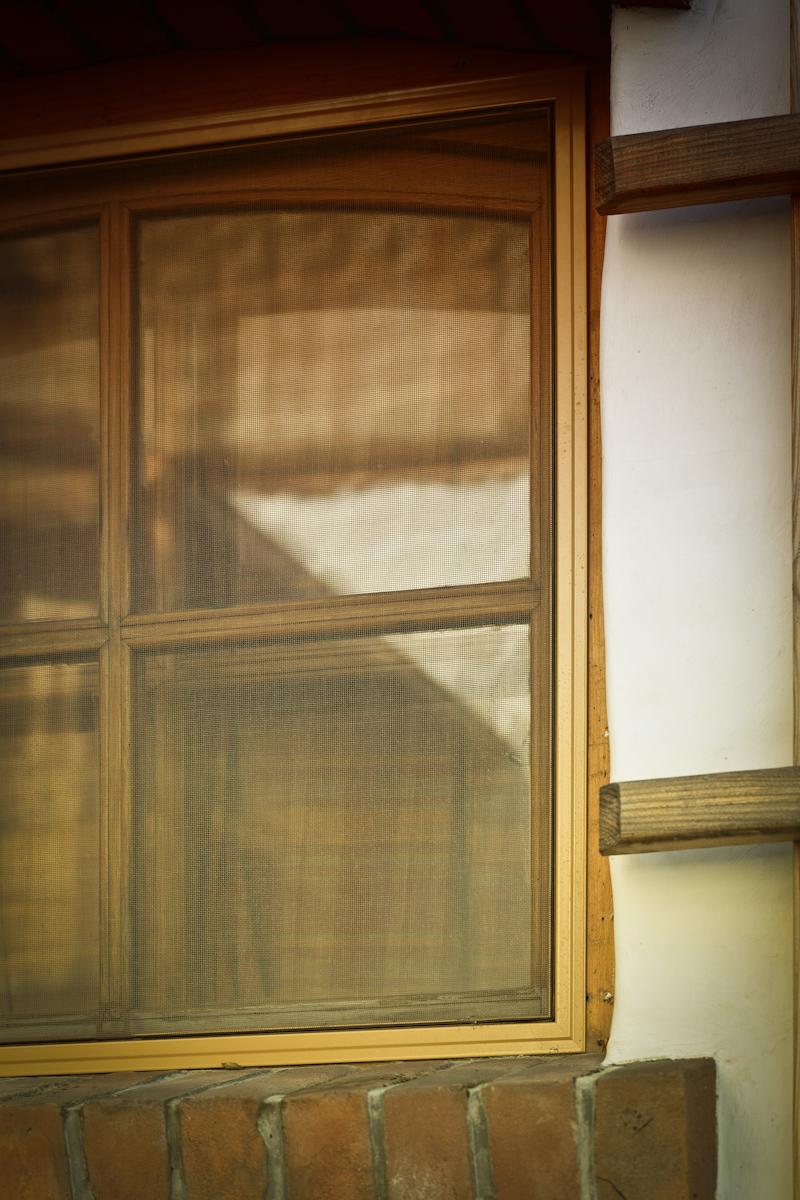 Moskitiery - jak zabezpieczyć się przed owadami w domu?