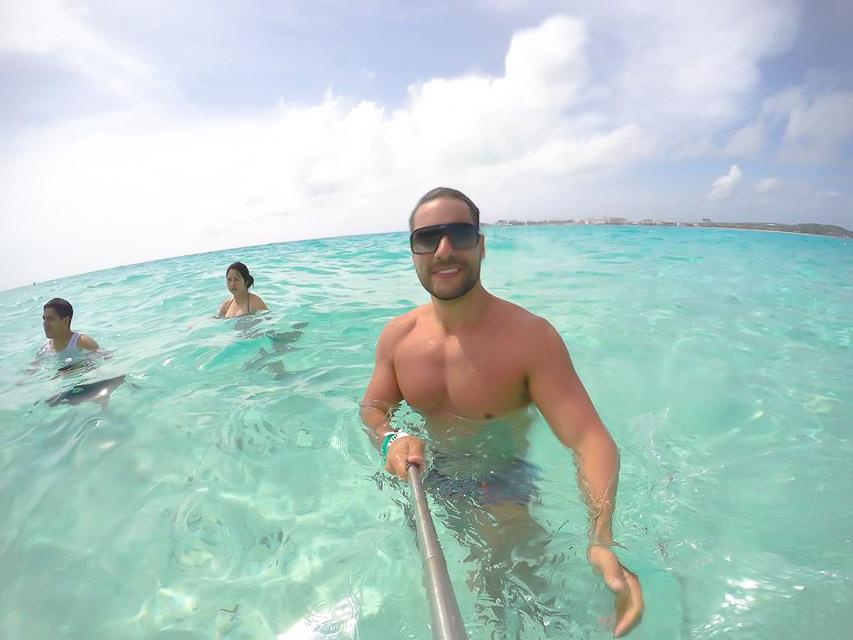 Bruno Camargo faz selfie em praia da Colômbia. Foto: Arquivo pessoal.