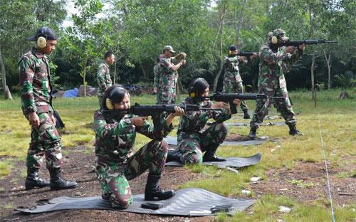 MENEMBAK : Bertempat di Lapangan Tembak Sekolah Polisi Negara (SPN), Kecamatan Rasau Jaya,Kabupaten Kubu Raya segenap prajurit Lanud Supadio melaksanakan latihan menembak laras panjang, Selasa (6/3).  Foto Kapentak Danlanud Supadio