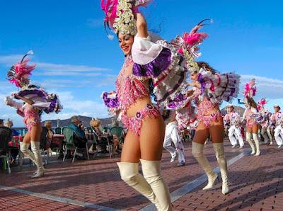 Foto van dansende dames tijdens Carnaval op de Canarische Eilanden