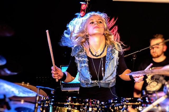 Η drummer Veronika Mrázová (Lukešová)