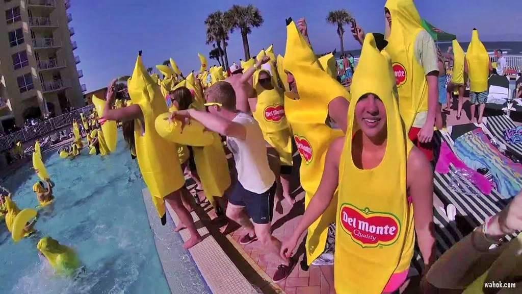 Banana Party: Cewek Dan Cowok Hanya Pakai Daun Pising Menutup Tubuhnya Wah Ok ya !?