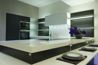 barva stene v kuhinji lahko poživi prostor, še posebej v beli barvi