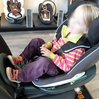 Sitzen im BeSafe iZi Modular i-Size, Midnight Black (61cm-105cm, Isofix)