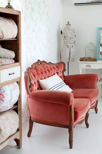 vintage+velvet+covered+sofa Vintage Style Interior Inspiration Paint Me White Shabby Chic Vintage Furniture