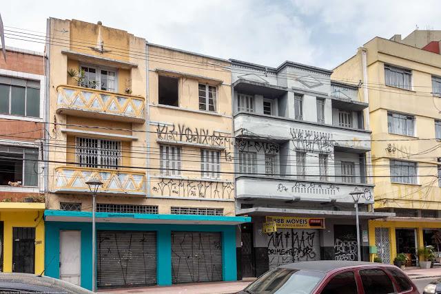 Dois pequenos edifícios na Rua Riachuelo