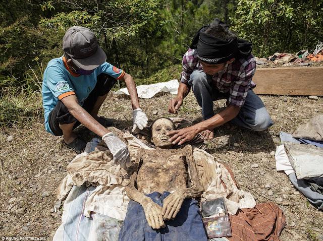 5 Tradisi Masyarakat Indonesia Yang Dianggap Aneh