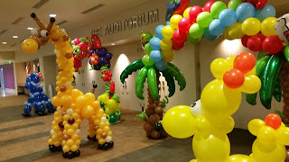 Palm tree balloon arch, balloon sculpture giraffe and balloon dog sculpture