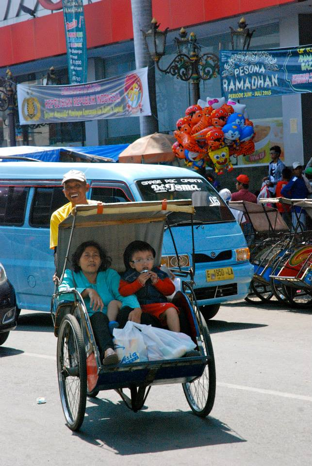 Well, I need to tell you first that Cirebon is not a typical tourist attraction! Actually, it's not even on the travel guide and we were the only tourists in the city... But this city let us breathe the real javanise atmosphere and we were so happy that we actually stayed there. Two kids we met on the streets took us first to the local market and the to the palace of the sultan (kraton).