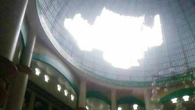 Kubah Masjid Bolong Diterjang Angin Kencang yang Melanda Kota Pekanbaru