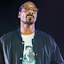 "Snoop Dogg divulga novo single com pegada G-Funk; ouça ""What Is This?"""