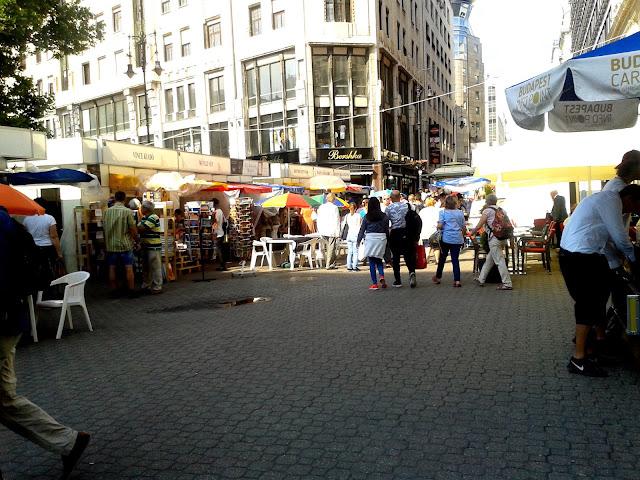 Budapest, Vörösmarty tér, 89. Ünnepi Könyvhét, 2018. június 10., könyves standok és olvasók, kilátás a Deák tér irányába.