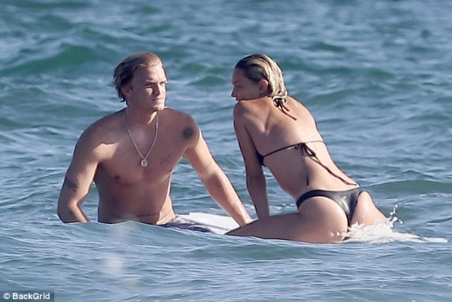 Australian singer Cody Simpson is spotted locking lips with mystery blonde lady
