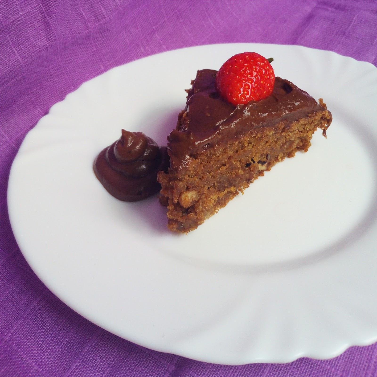 Špaldový ořechový dort s čokoládovým avokádovým krémem