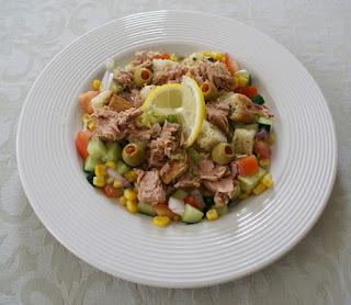 sałatka z tuńczykiem na białym głębokim talerzu