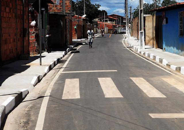 """Alagoinhas: """"A preocupação do governo atual, do prefeito Joaquim Neto, é justamente chegar nesses pontos que estão desassistidos há décadas"""", afirma diretor de obras na inauguração da Rua São Félix"""