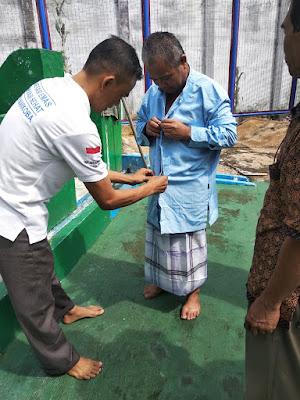 Muslim Harianjaya dikenakan baju muslim persiapan shalat taubat