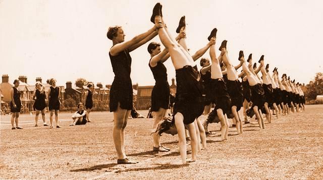 Mujeres en clase de educación física años atrás