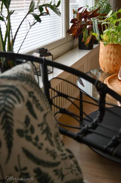 koti, olohuoneen sisustus, #olensisustaja, sisustus, olohuone, livingroom, kirppis, kirppislöytö, ektorp, ektorp sohva, pellava, skandinaavinen, detail, decoration, rottinki, lumikenkätuoli