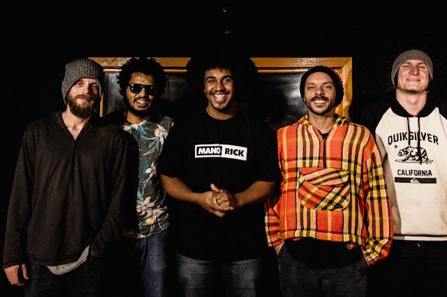 """Mano Rick lança a música """"Particularidades"""" em uma performance ao vivo e com banda no projeto Vapor Sessions."""