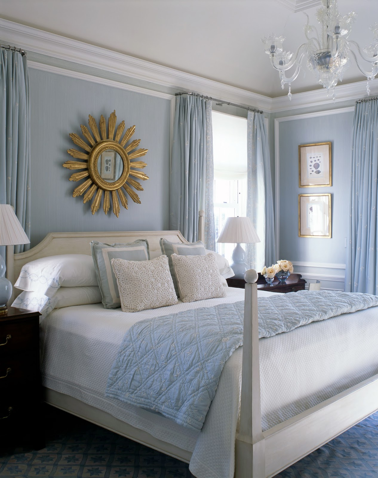 A blue and white beach house by phoebe and jim howard for Bed decoration