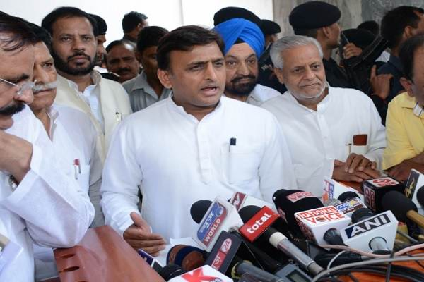 Akhilesh backs Rahul's 'dalali' remark; SP too slams BJP's 'politicisation'