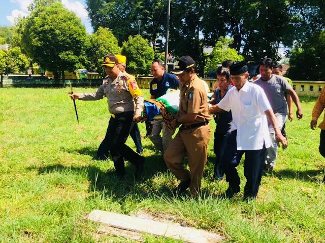 Bupati Soppeng Ikut Mengangkat Jasad Veteran Saat Hendak Dimakamkan