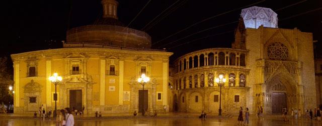 El Tribunal de las Aguas de Valencia se reúne semanalmente en la Puerta de los Apóstoles de la catedral valenciana