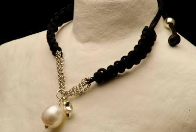 Pulsera cadena de plata con perla irregular blanca y estrella. Joyería Artesanal Personalizada.