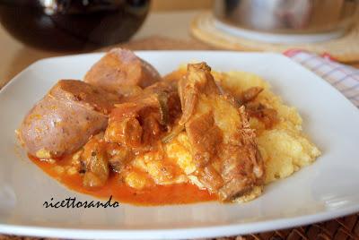 Polenta con sugo di spuntature , costine e salsicce laziale ricetta tradizionale