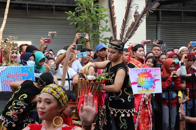 Penari Kota Singkawang saat membawakan tarian daerah Basapak