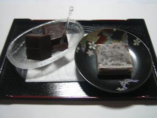 金沢地元名産のきんつばとチョコレートようかんの写真です。
