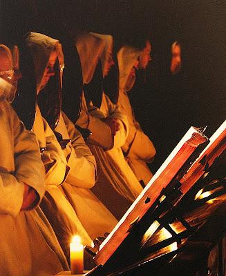 Monges cantam o Ofício