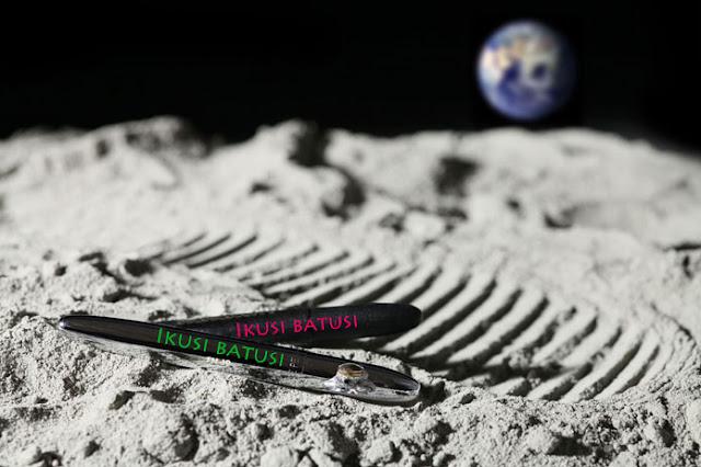 boligrafos junto a huella lunar