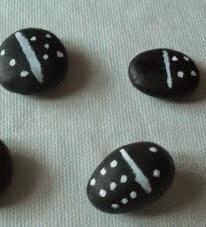 http://www.manualidadeson.com/diy-domino-con-piedras.html