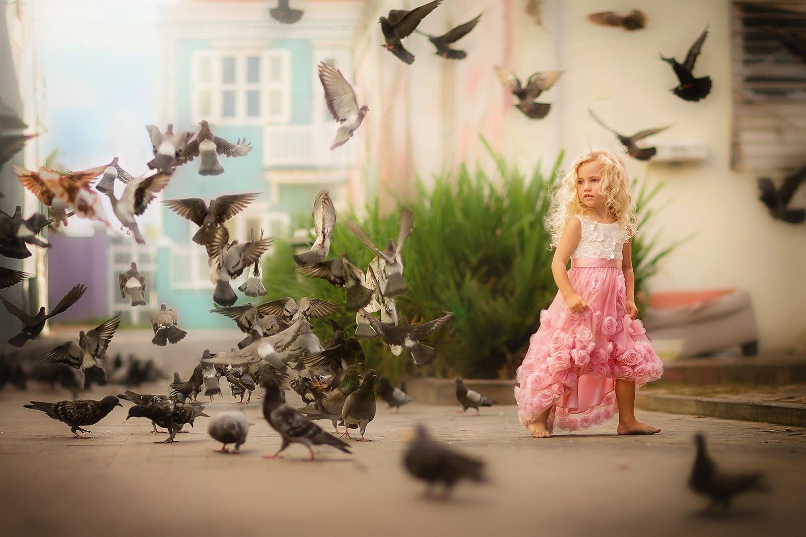 Canon 5D mark III fine art portret foto van een meisje op curacao dat de duiven in Pietermaai voert door Willie Kers
