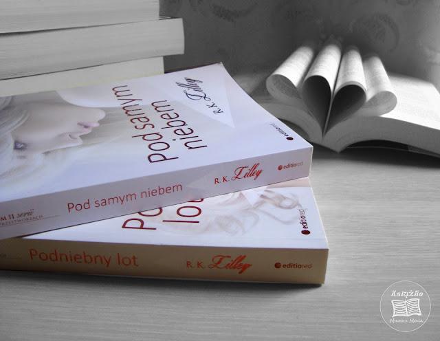 Pięćdziesiąt Twarzy Greya, Pod samym niebem, Podniebny lot, E L James, R K Lilley, romans, erotyk, romans erotyczny, serce z książki, czarno białe zdjęcie, zdjęcie książki, dwie części serii w przestworzach, nie kupie trzeciej części serii w przestworzach, czytelniczy zawód, nie lubię schematycznych książek, schematyczna, sztampowa, nudna, książka, książka erotyczna, gorsza od Greya, nudna książka erotyczna, romans z seksem, seks w książkach, seks, seksualność, seksowna stewardessa, zakochana stewardessa, przyjaźń, miłość, chora miłość oparta na seksie, seks i miłość nie idą w parze, seks to nie zawsze miłość, miłość i seks, seks z miłości, seks bez miłości, miłość zabarwiona seksem, bdsm w książkach, seks sado maso, seks w książkach, seks na papierze, nudny seks w książce, nudny seks, w książce, książka o nudnym seksie.