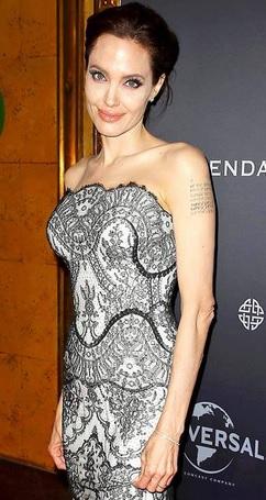 Foto de Angelina Jolie con tatuaje en el brazo