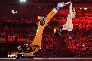 Η Εϊμι Πάρντι χορεύει με ένα ρομποτ στους Παραολυμπιακούς αγώνες